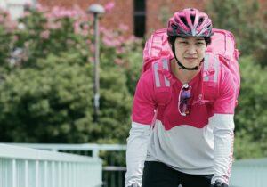 自転車に乗るFoodpandaの配達ライダー