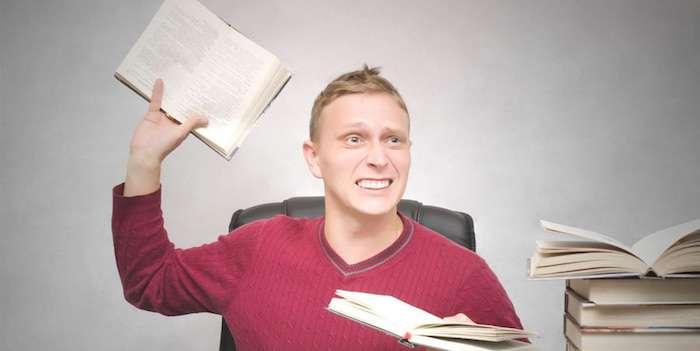 単語帳を投げる男性