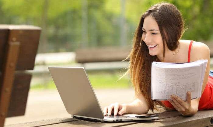 パソコンを使ってフレーズを暗記する女性