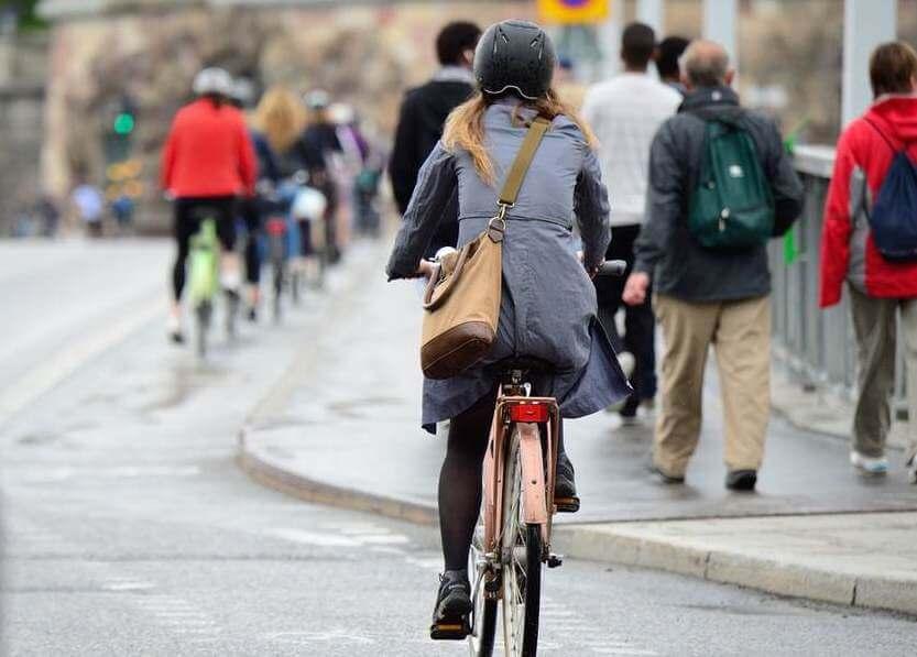 自転車に乗る人たち