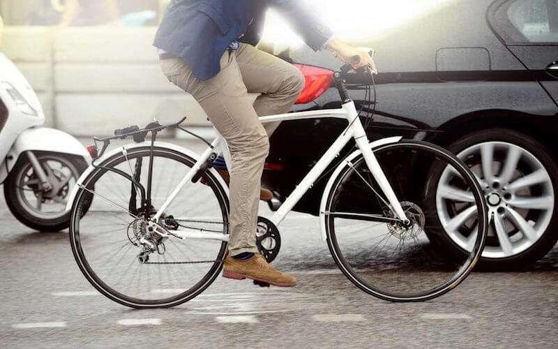 都市で自転車に乗る男性