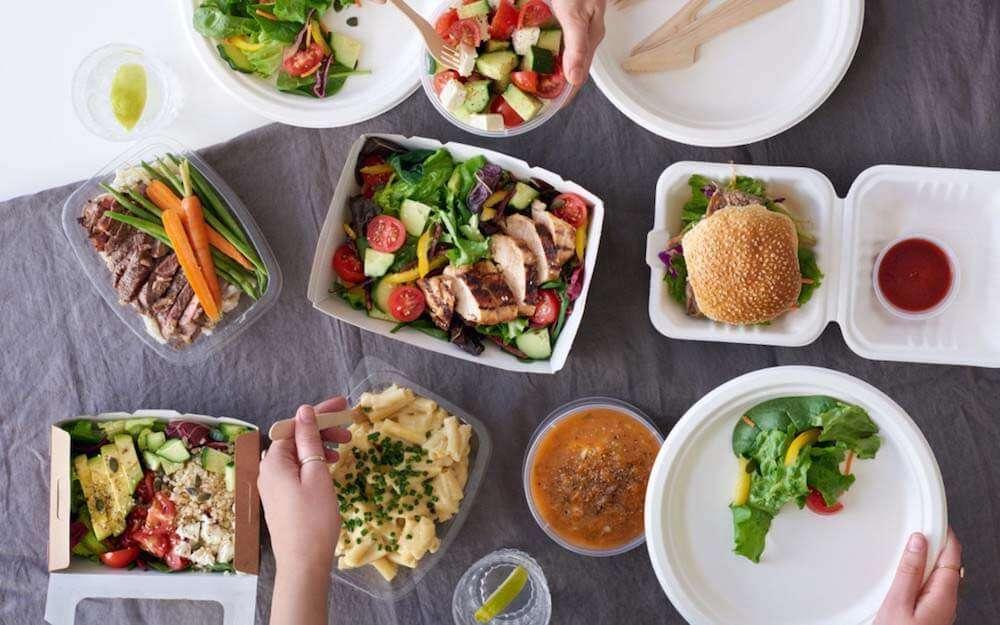 テーブルの上の食事