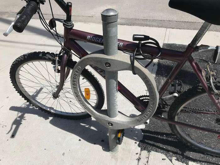 ポールについないだ自転車