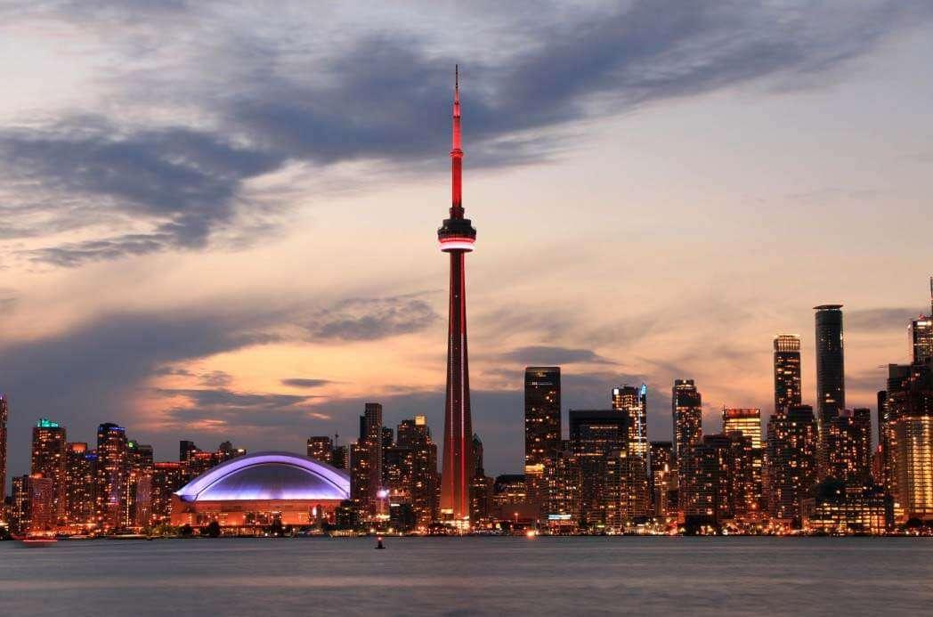 カナダ・トロントの夜景とタワーマンション