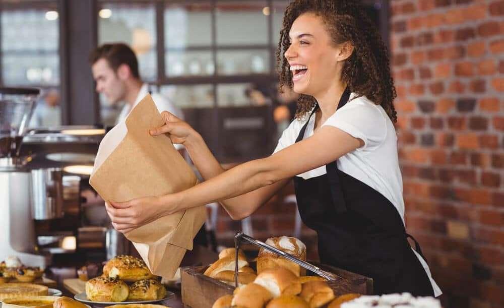 レストランで注文を手渡す女性