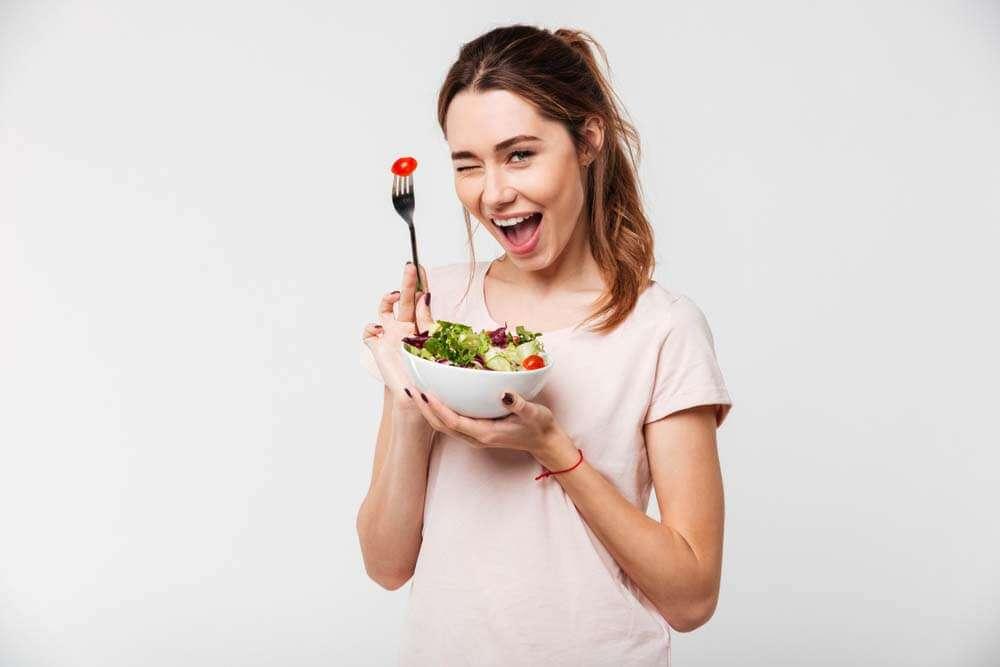 ご飯を食べながら微笑む女性