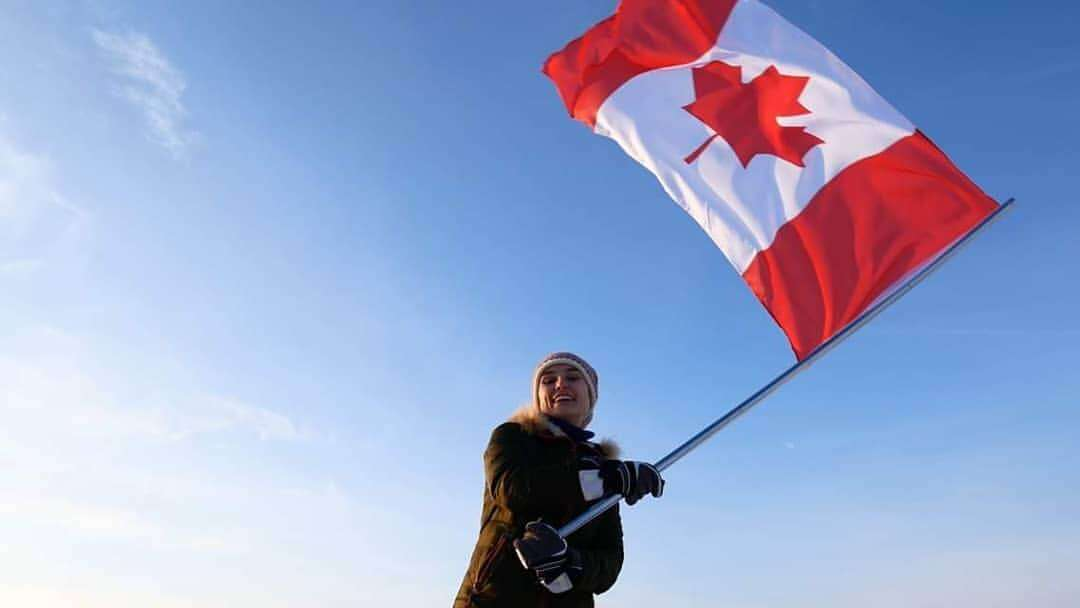 カナダの国旗を振る人