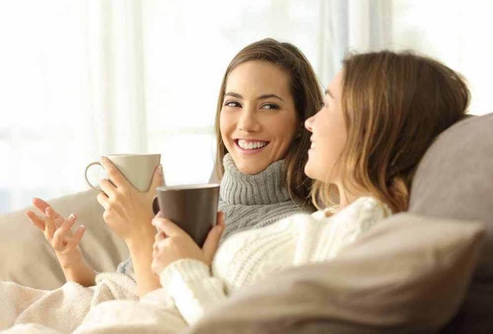 ソファーでくつろぐ二人の女性