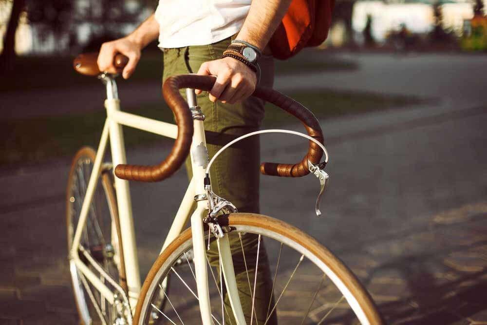 自転車の横に立つ男性