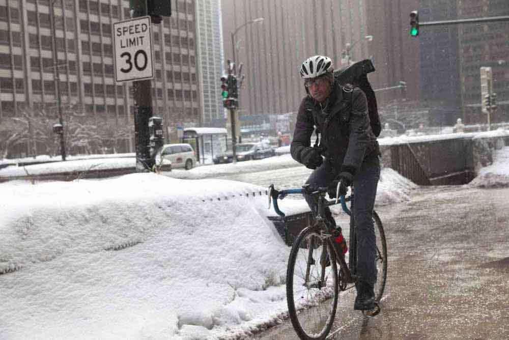 冬に自転車に乗る男性