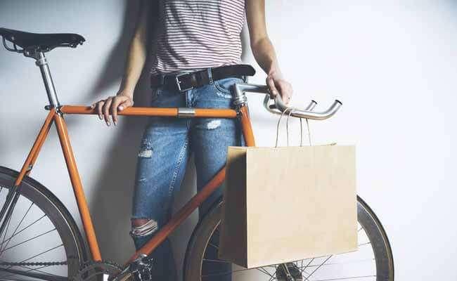 自転車のハンドルにぶら下がった紙袋