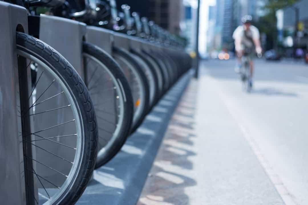 並んでいるレンタル自転車(コミュニティサイクル)