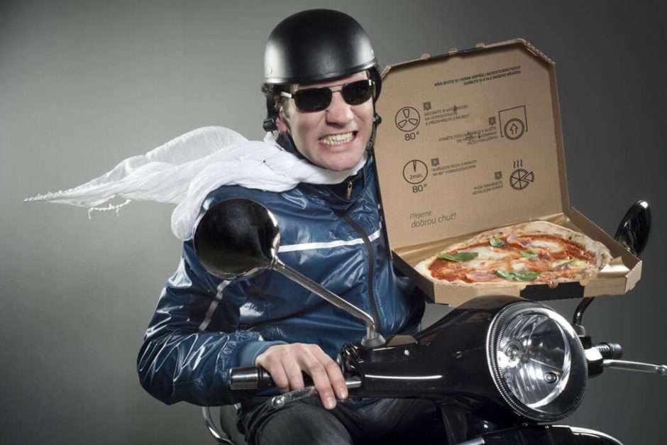 ピザを配達する配達員
