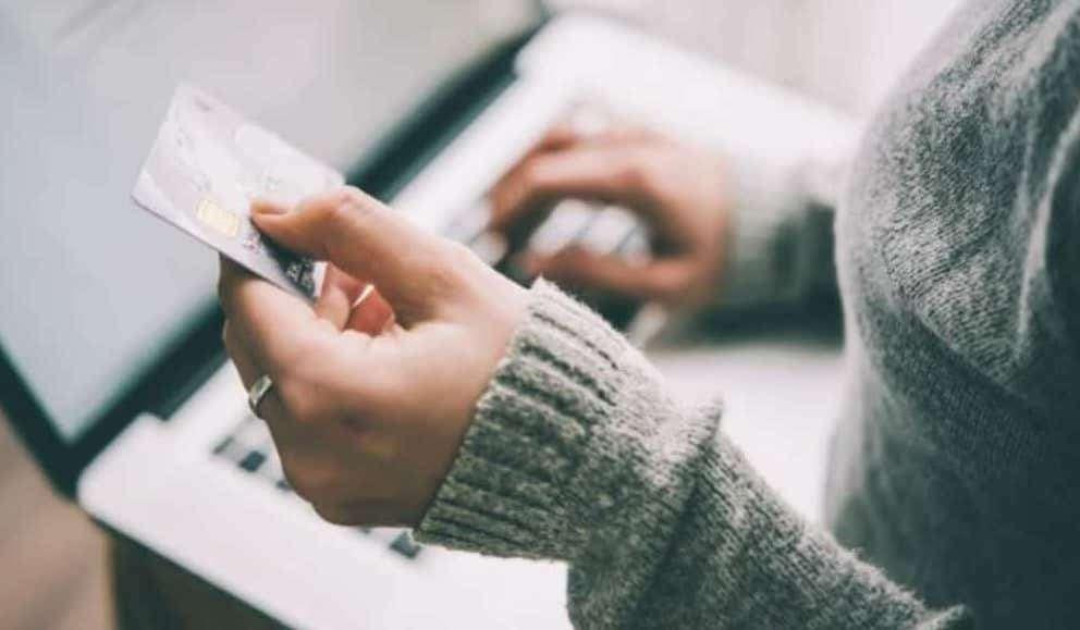コンピューターにカード情報を入力する女性