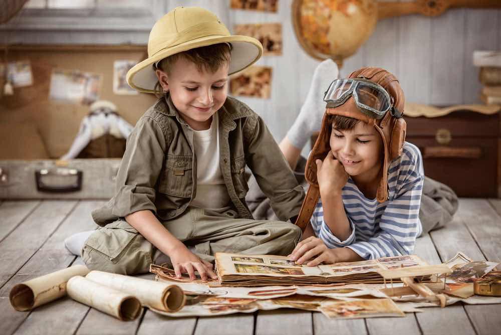 地図を見る子供たち