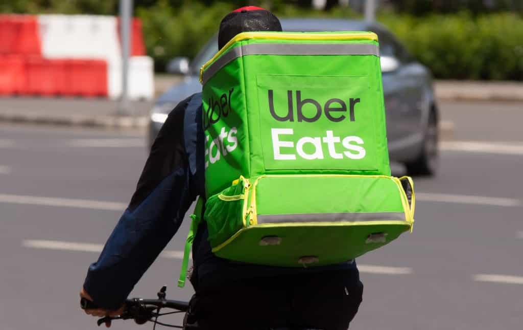 デリバリーバッグを持って配達するUber Eats配達パートナー