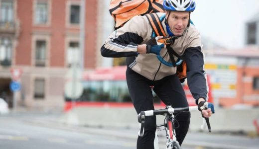 自転車に乗る配達員