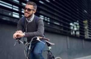 自転車に乗って微笑む男性