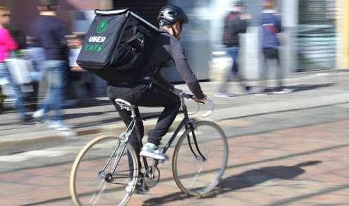 ウーバーイーツの自転車の配達員