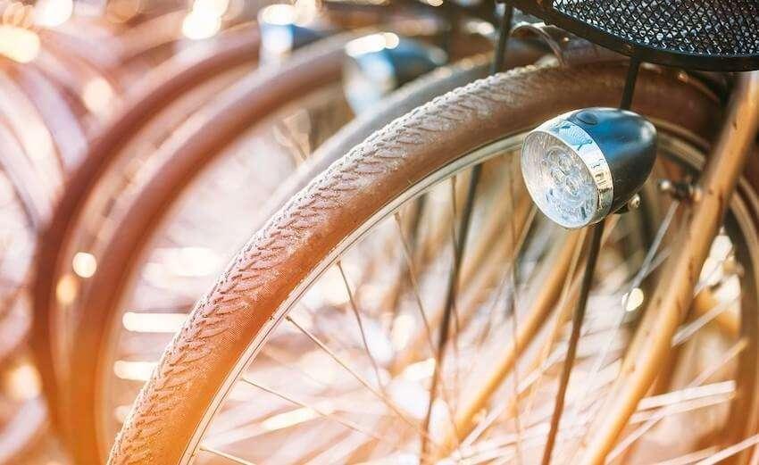夕陽に照らされた自転車