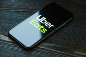 スマートフォンに表示されるウーバーイーツのアプリ