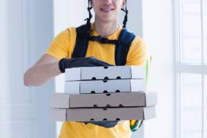 ピザを届ける配達員の写真